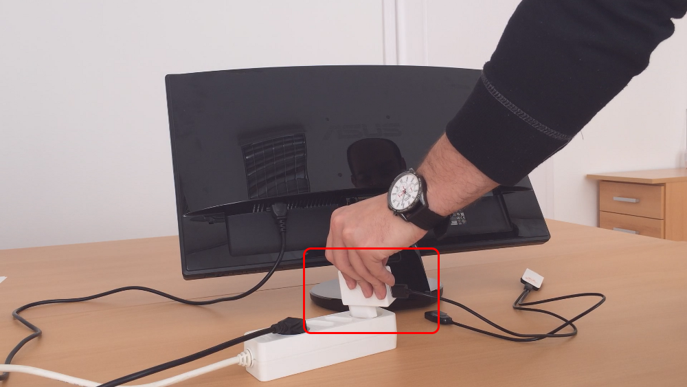 Connecting the EZCast device to the power outlet